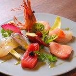 朝獲れの旬の鮮魚を贅沢に盛り合わせた「函館直送 旬の鮮魚のカルパッチョ」。塩胡椒とエキストラバージンオリーブオイルでシンプルに。