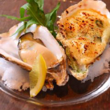 国内の産地から仕入れる厳選牡蠣を生牡蠣や焼き牡蠣など多彩な調理法でご提供。食べ比べでお楽しみください。