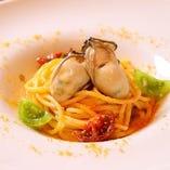 上質な牡蠣を贅沢に使った「季節のパスタ」。旬の有機野菜を駆使した、季節感溢れる多彩な味わいをお楽しみください。