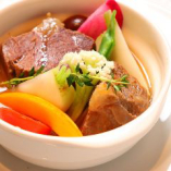 厳選国産牛を根菜と一緒に白ワインでホロホロに煮込んだ「国産牛ホホ肉の白ワイン煮込み」。牛肉の旨みが溶け出したスープも絶品です。