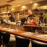 目の前にシェフの調理風景を臨むカウンターは10席。シェフの躍動感ある調理技が、食欲と五感を刺激する特等席です。