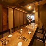 貸切パーティの際には個室のパーテーションをオープンして開放的な空間に。