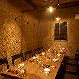社内の飲み会や小宴会におすすめの12名様個室。スタイリッシュで落ち着きのある空間です。