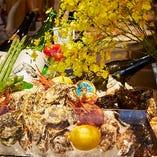 産地直送の牡蠣や有頭エビ、旬の鮮魚など、その日届いた厳選食材のみを使用しています。