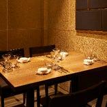 モルタルの天井と壁に配した上品なグレーの色味がシックな雰囲気を演出する2~4名様個室。