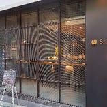 渋谷駅から徒歩6分、神泉駅から徒歩3分。渋谷の喧騒を忘れさせてくれる静かな路地裏に佇む隠れ家店です。