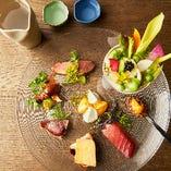 旬の鮮魚や厳選肉、有機野菜を駆使した華やかな「前菜盛り合わせ」。日本酒やワインと相性抜群です。