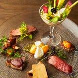 その時期旬の厳選鮮魚や有機野菜を盛り合わせた「前菜盛り合わせ」。彩り豊かな、見て楽しい食べておいしい季節感溢れる一品です。