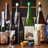 牡蠣とのマリアージュを楽しみたい「山和 For Oyster」「IMA 牡蠣のための日本酒」など、牡蠣専用の日本酒ほか、季節の地酒を常時20種以上取り揃えています。