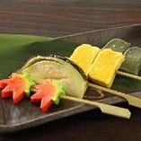 生麩と季節野菜の炙り焼き生麩は、鎌倉時代末期に精進料理の一食材として用いられたと伝えられております。肉食を禁じられていた禅僧にとっては、貴重なタンパク源として食されておりました。【#京都#個室#京都駅前#宴会#GoToEat#海鮮#昼飲み#京野菜#居酒屋#飲み放題#ランチ#座敷#掘りごたつ#コロナ対策#】