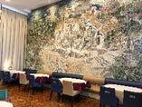 有名彫刻家の壁紙モザイクが彩る贅沢空間