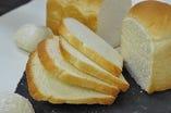 「やわらかさ」「しっとり感」「甘さ」「香り」 こだわりの「牧場食パン」 珈琲牧場の食パンは毎日お店の工房で焼き上げています。 生乳の甘みがほんのり香る、手でちぎってさけるほどやわらかい、  そんな「食パン」を目指しています。