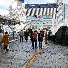 横須賀中央駅 東口を背にして スタート、 改札を出て直進です。