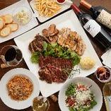 【どっさり肉食系コース】激ヤバ肉盛りプレートは、牛・鶏ステーキ、自家製ハンバーグ、生ソーセージを豪快に召し上がっていただきます!
