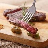 【和牛肩ロースステーキ】赤身と脂の旨味をバランス良く楽しめる肩ロース。噛みしめるたび、お肉を食べる喜びが広がります