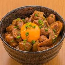 もつ煮込みご飯 カレー風 卵黄のせ