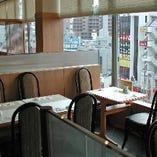明るい窓際のテーブル席
