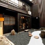 ランチ、ディナー共に営業しております。京都観光の思い出づくりにもお立ち寄りください