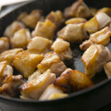 まずはお鍋で近江黒鶏を素焼きに