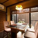 1階の窓際には、テーブル席をご用意。中庭を間近に眺めることができる特等席です