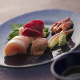 店主が厳選した農場より仕入れる「近江黒鶏」を使用した、生・揚げ・焼き・鍋の多彩な鶏料理をご用意