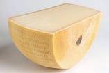 大きいチーズの器で仕上げる!ポルチーニとたっぷり茸のクリームパスタ