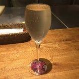 フルーティーな味わいのポールスタースパークリングワイン(600円)は淵ギリギリまでなみなみ注ぎます!