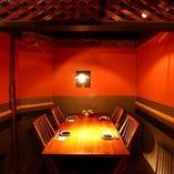 【椅子個室】空間テーマは「古民家再生」。優しい照明に照らされたくつろぎ個室空間