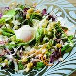 10種の野菜のシーザーサラダ温玉のせ