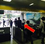 渋谷駅ハチ公改札を出ます。(徒歩0分 約10m)