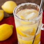 マドラーで冷凍レモンをかちかち潰す『かちかちレモンサワー』