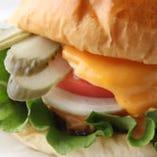北千住でこだわり自家製ハンバーガー鉄板焼きに次ぐ人気商品!