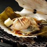 活帆立貝磯焼き。ミネラルたっぷりで旨味抜群な帆立貝を磯風味で