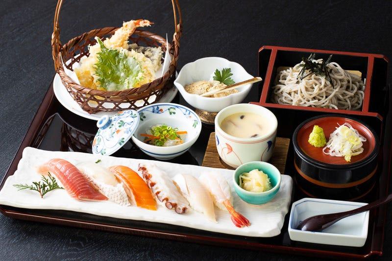 当店自慢の胡麻蕎麦、天婦羅、お寿司、茶碗蒸しが揃った豪華御膳
