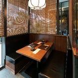 モダンな店内には接待・会食に相応しい半個室やボックス席を完備