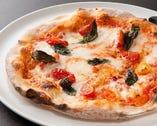 自慢のピザ生地の食感をお楽しみください。 (写真はイメージです。)
