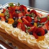 お一人様プラス600円(税別)追加で「デコレーションケーキ」をお作り致します。誕生日や送別会でびっくりさせてみてはいかがでしょうか♪