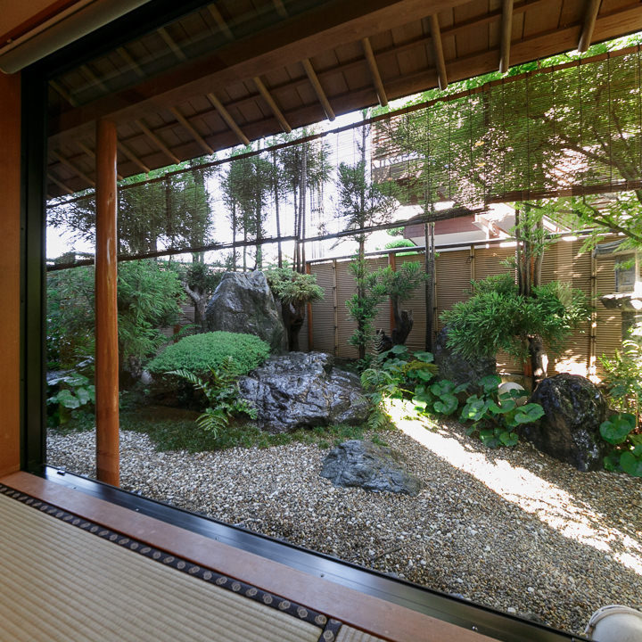 個室からは四季折々の風情が美しい日本庭園が眺められます