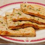マサラ クルチャ 少しスパイスをきかせた、野菜をつめたタンドールで焼いたパン