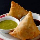 サモサ ポテト・グリーンピース・スパイスを皮に包んだインドの代表的なスナック