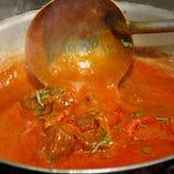 インド各地から集められた香り豊かなスパイスをブレンドして調理します