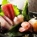全国各地から新鮮な魚が入荷。捌きたての刺身は絶品!