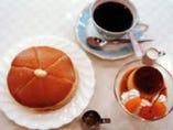 アメリカン特製ホットケーキと焼きプリン、各ドリンク付セット