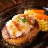 当店のハンバーグも人気で、肉の旨味がしっかりと堪能できる一品