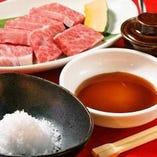 味わいに変化をつける当店特製タレと沖縄産のお塩をご用意。
