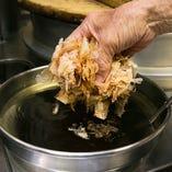 【香る蕎麦汁】 鰹、鯖、宗田をブレンドした出汁は極上の味わい