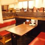 暖簾を垂らすと半個室風になるテーブル席もあります。