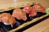 【名物】和牛炙り寿司 目の前で炙って仕上げる逸品!