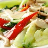 季節野菜ときのこの塩味炒め