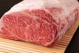 奥三河新城「幻の鳳来牛」専門店のしゃぶしゃぶステーキ桂。たくさんの愛情を受けて育った牛は、抗生剤を一切使用せず甘くさらさらとした脂が特徴。一度食べたら忘れられない味です。